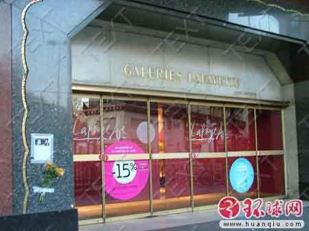 巴黎老佛爷百货商场门前的西藏少女遇害图像