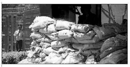 中国驻印度大使馆门前堆满沙袋,并有警察执勤