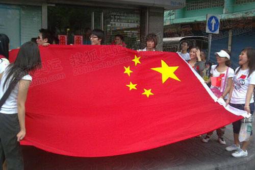 华人华侨展开国旗