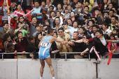 图文:司天峰获男子50公里竞走冠军 与观众握手