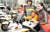 图文:青岛市民体验运动员车队引导摩托