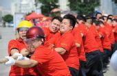 图文:南宁市公安系统拔河队在迎奥运比赛中