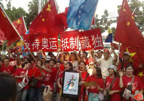 华人高举旗帜 支持奥运 抵制藏独
