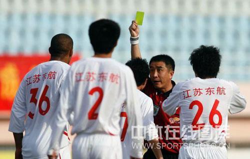 图文:[中甲]青岛海信1-2南京有有 亮出黄牌