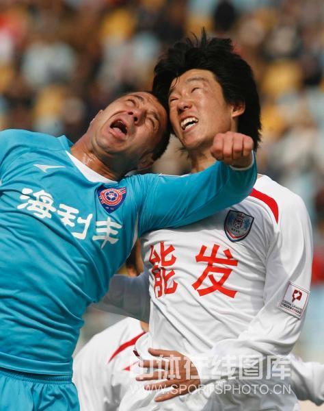 图文:[中甲]青岛海信1-2南京有有 球员争顶