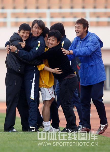 图文:[中甲]青岛海信1-2南京有有 胡云峰庆祝