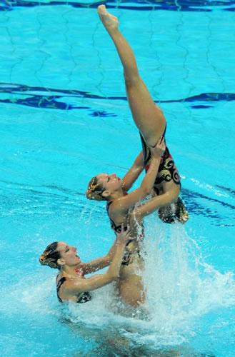 图文:花游奥运资格赛集体项目 希腊队三人合作