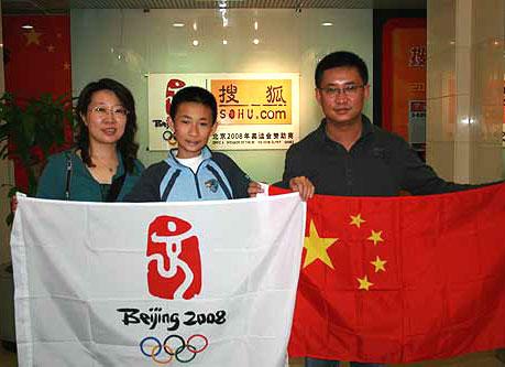 一家三口捐国旗支援海外华人