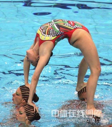 图文:花游奥运资格赛西班牙夺冠 搭起人体拱桥