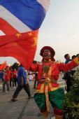 图文:泰国著名专职啦啦队员都都持两国国旗加油