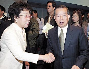民进党举行扩大检讨会议,党主席谢长廷致词后和刚到的吕秀莲握手后离去。