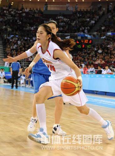 图文:女篮邀请赛中国胜韩国 隋菲菲突破对手