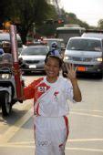 图文:泰国第一位女子奥运冠军乌隆蓬传递圣火