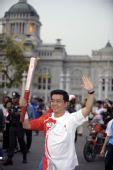 图文:圣火19日在曼谷传递 火炬手豪伊・娄