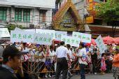 组图:曼谷市民和当地华人到场为火炬传递助威
