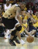 图文:[NBA]奇才负骑士 巴特勒拼抢