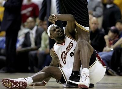 图文:[NBA]奇才负骑士 詹姆斯不满对手