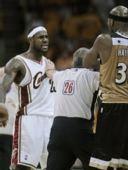 图文:[NBA]奇才负骑士 詹姆斯与对手冲突