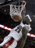 图文:[NBA]奇才负骑士 詹姆斯暴扣