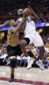 图文:[NBA]奇才负骑士 詹姆斯突破