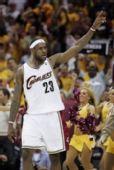 图文:[NBA]奇才负骑士 詹姆斯遥指胜利