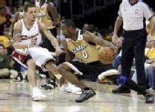 图文:[NBA]奇才负骑士 阿里纳斯运球