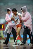 图文:2008北京马拉松赛 李柱宏夺亚军被搀下场