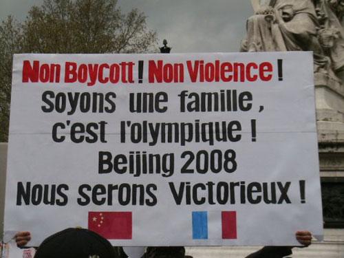 巴黎4·19华人万人集会:打出反暴力的口号