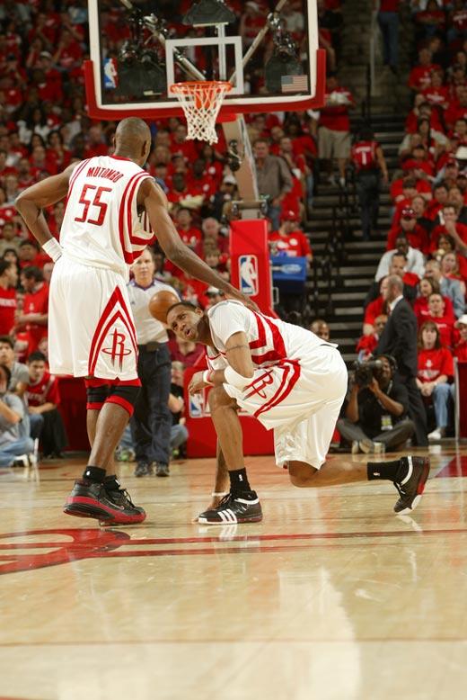 图文:[NBA]火箭战爵士 拼命麦迪单膝跪地