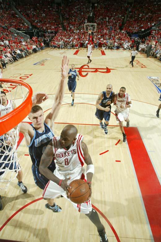 图文:[NBA]火箭战爵士 匪首传球