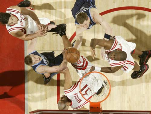图文:[NBA]火箭战爵士 基里连科拼抢篮板
