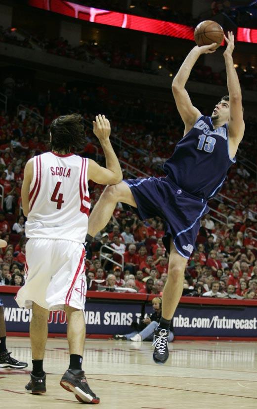 图文:[NBA]火箭战爵士 奥库单打斯科拉