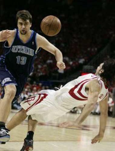 图文:[NBA]火箭战爵士 奥库造斯科拉犯规