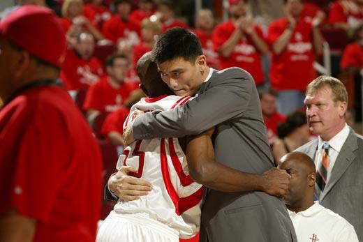 图文:[NBA]火箭战爵士 姚明拥抱穆大叔