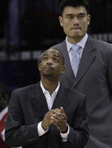 图文:[NBA]火箭战爵士 姚明街球王观战