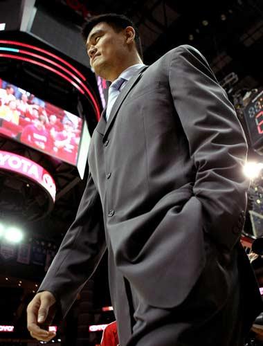 图文:[NBA]火箭战爵士 姚明走出场