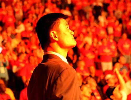 图文:[NBA]火箭战爵士 姚明高望远方