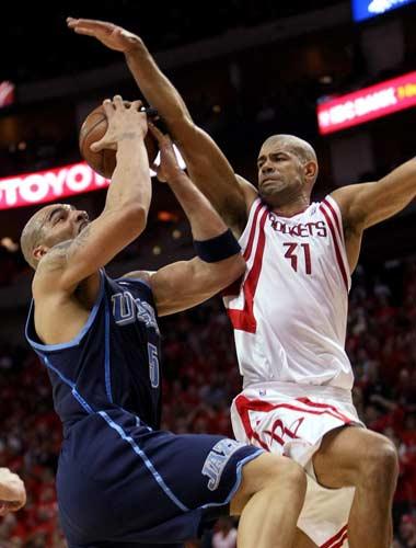 图文:[NBA]火箭战爵士 巴蒂尔封盖布泽尔