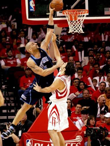 图文:[NBA]火箭战爵士 布泽尔内线强攻