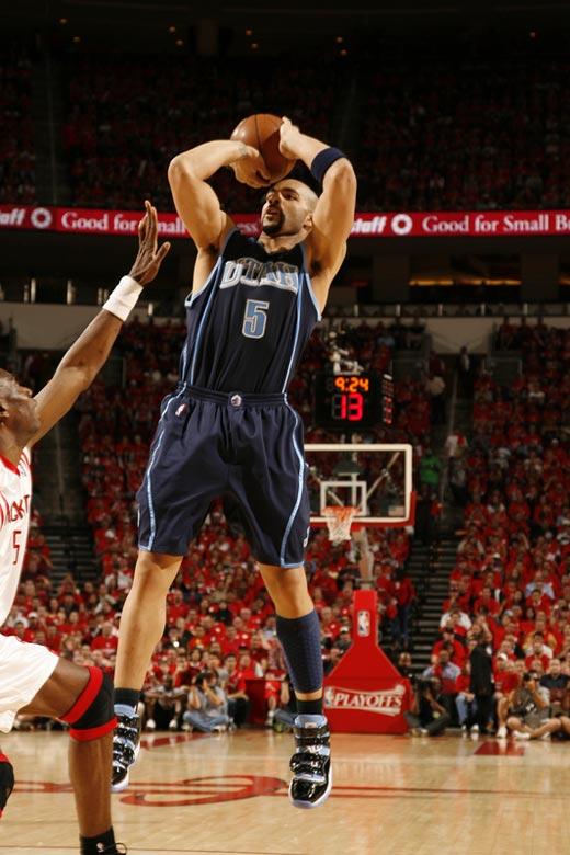 图文:[NBA]火箭战爵士 布泽尔后仰跳投