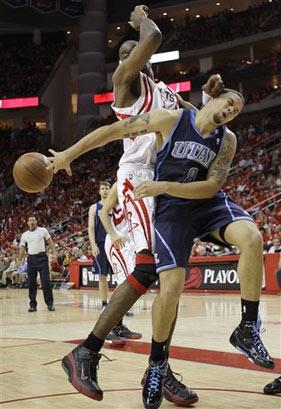 图文:[NBA]火箭战爵士 德隆惨遭欺负