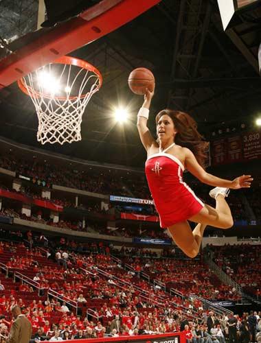 图文:[NBA]火箭战爵士 拉拉队扣篮