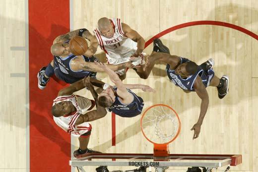 图文:[NBA]火箭战爵士 休城肉搏对手