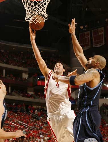 图文:[NBA]火箭战爵士 斯科拉低手上篮