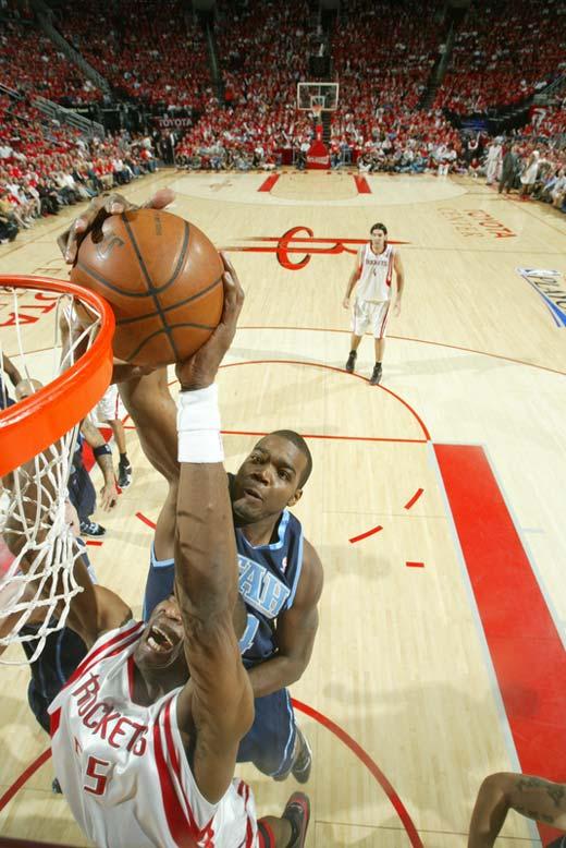 图文:[NBA]火箭战爵士 穆大叔惨遭封盖