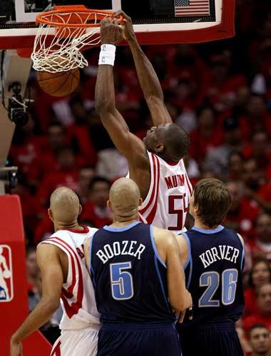 图文:[NBA]火箭战爵士 穆大叔扣篮