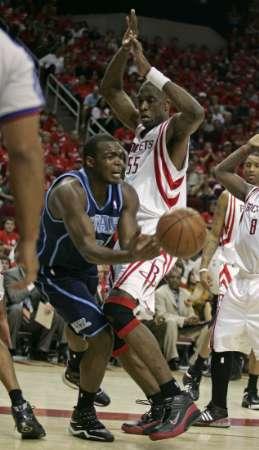 图文:[NBA]火箭战爵士 穆大叔防守