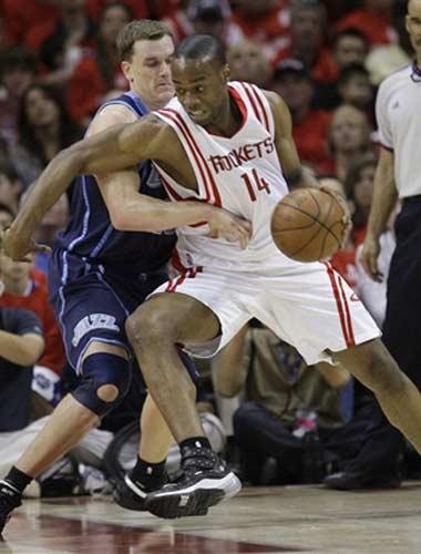 图文:[NBA]火箭战爵士 兰德里强攻