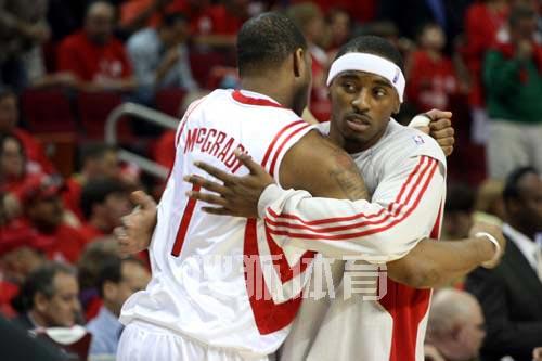 图文:[NBA]火箭战爵士 麦迪拥抱哈里斯