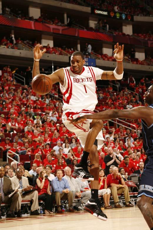 图文:[NBA]火箭战爵士 麦迪控球被盗